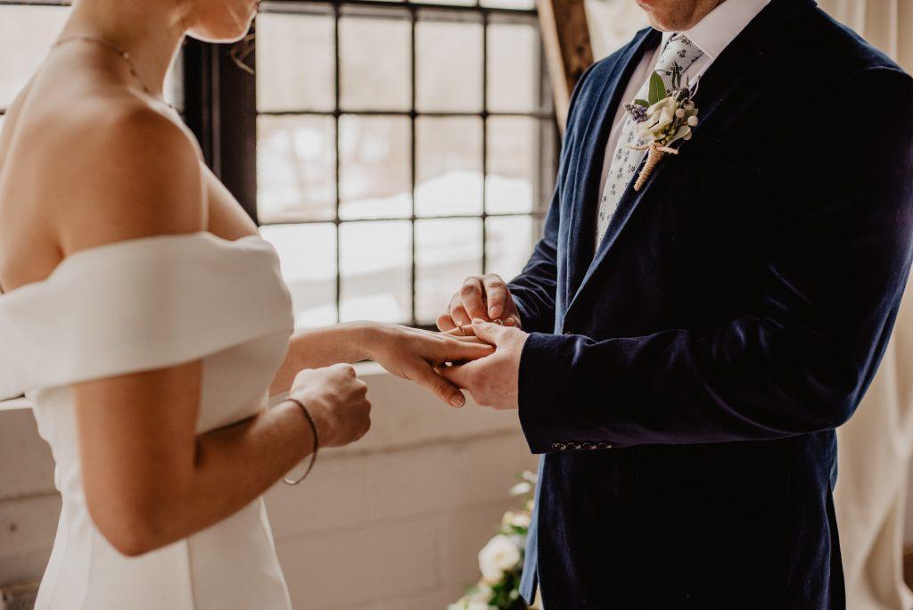 troca de alianças entre os noivos