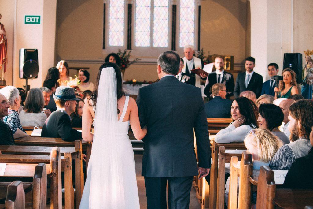pai a acompanhar noiva até ao altar