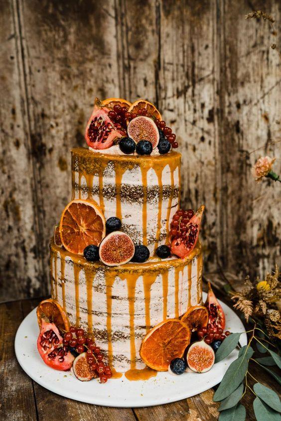 Bolo de casamento em tons laranja com fruta