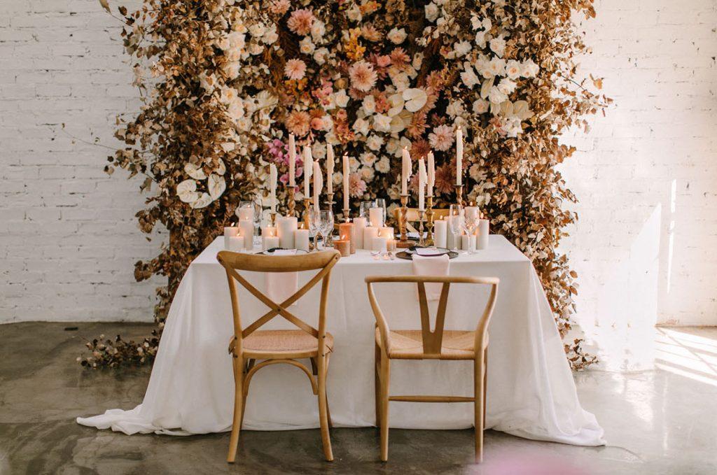 Mesa de Outono para noivos com pano de flores