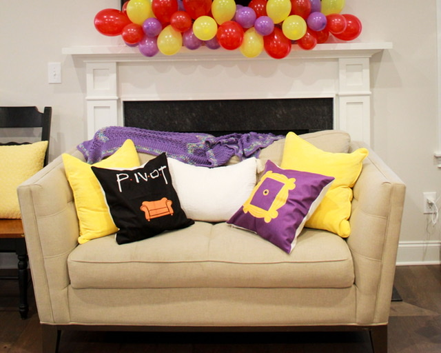 Sofá com decoração Friends