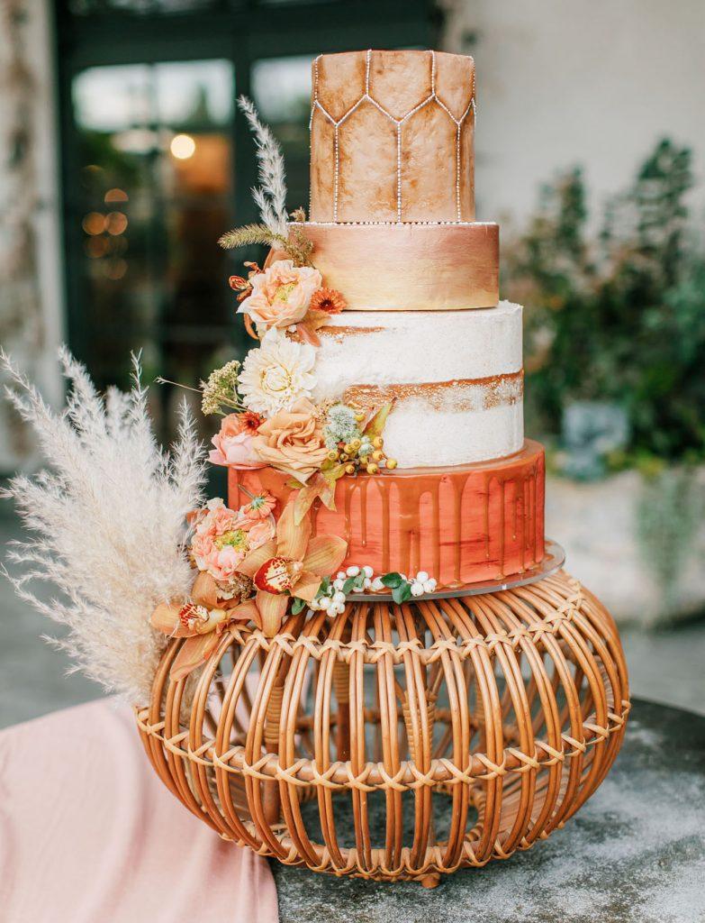 Bolo de casamento em tons laranja