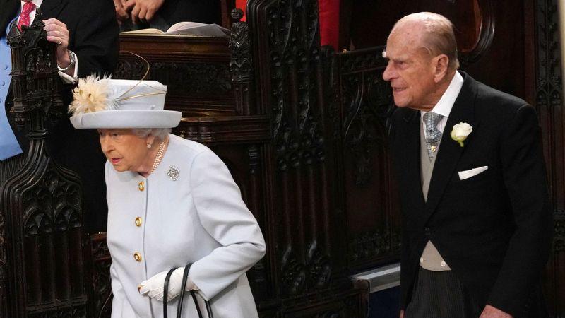 Rainha Elizabeth e príncipe Philip à chegada do casamento da princesa Eugenie