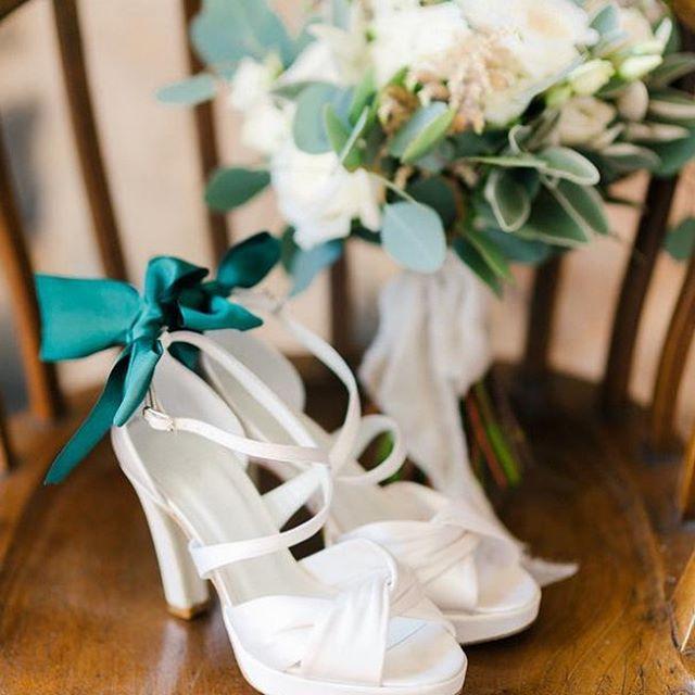 Sapatos de noiva com laço verde