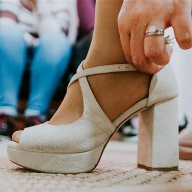 Sapatos de noiva em branco