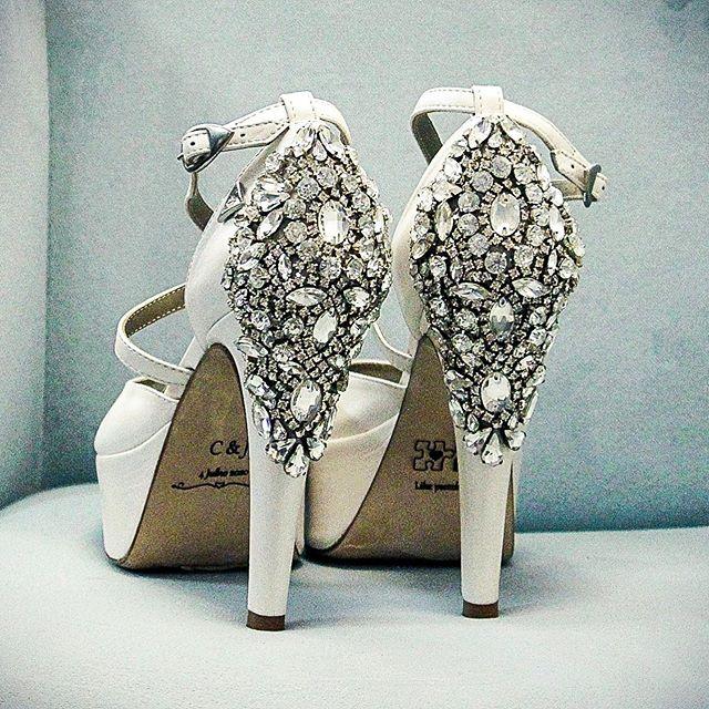 Sapatos de noiva com detalhes