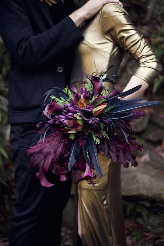 Bouquet em violeta com penas para casamento de Halloween