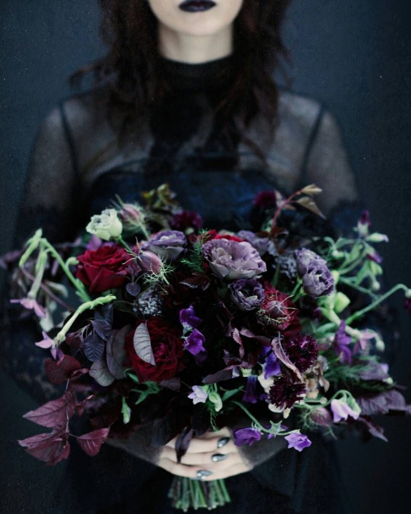 Bouquet em violeta para casamento de Halloween