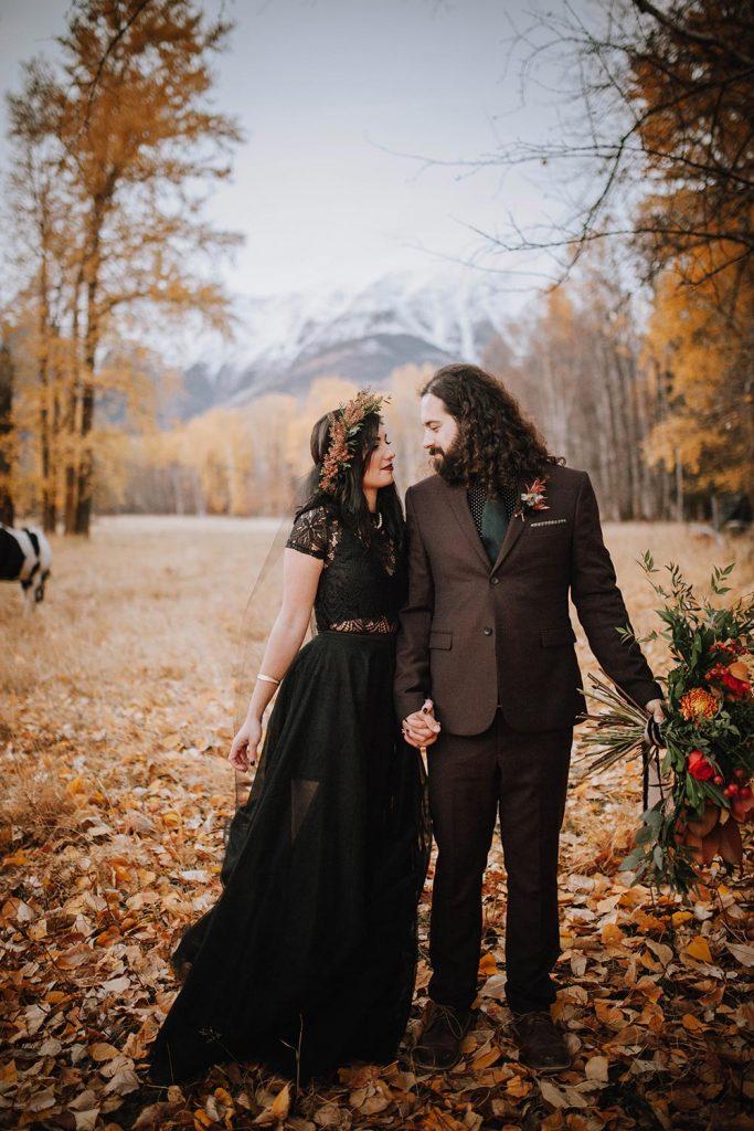 Casal em casamento com tons de preto