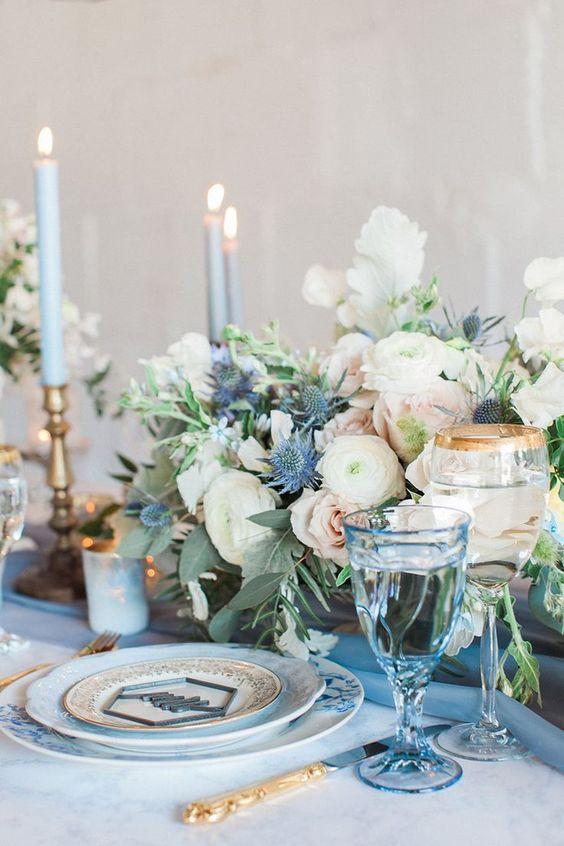 Decoração de mesa em tons de azul