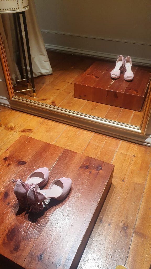 Sapatos na prova de vestido de noiva
